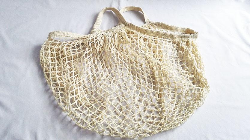 100均セリアのメッシュバッグは無印のコットンメッシュバッグ似。スパやビーチにも。アレンジしやすいよ